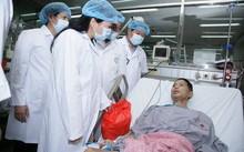 Bộ trưởng Bộ Y tế Nguyễn Thị Kim Tiến thăm các bệnh nhân của sự cố y khoa chạy thận này được chuyển về điều trị tại Bệnh viện Bạch Mai sáng ngày 30/5