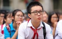Thí sinh đặc biệt nhất điểm thi Việt Đức khi đeo khăn quàng đỏ đi thi.