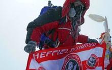 Ian trên đỉnh Everest. Ảnh: Peter Whitfield.