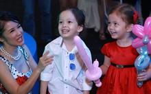 Hồng Nhung chơi đùa cùng hai con trong một sự kiện.
