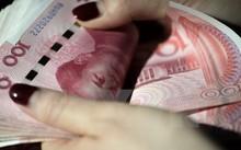 Đồng Nhân dân tệ tại một ngân hàng ở Bắc Kinh, Trung Quốc. (Ảnh: AFP/TTXVN)