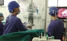 Các bác sĩ BV Việt Đức thực hiện một ca phẫu thuật thần kinh
