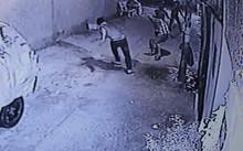 Nhóm thanh niên đánh hội đồng nạn nhân đến chết. Ảnh: Cắt từ clip