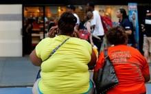 Những người phụ nữ thừa cân ở Quảng trường Thời đại, New York (Mỹ) - Ảnh: Reuters