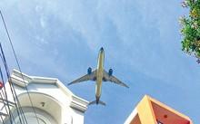 """Nhiều gia đình tại đường 20, phường 5, quận Gò Vấp đã xây nhà kiên cố, không dùng mái ngói do sợ bị """"tốc mái"""" khi máy bay bay qua."""