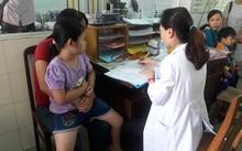 Chị Nguyễn Thị Bừng đưa con bị dậy thì sớm đi khám tại BV Nhi đồng 1.