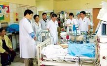Các bác sĩ Bệnh viện Bạch Mai theo dõi tình trạng sức khỏe bệnh nhân vụ tai biến y khoa tại Hòa Bình. Ảnh: PV.