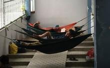 Nhiều người mắc võng tại hành lang để nghỉ trưa.