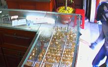 Kẻ cướp đã đập vỡ tủ trưng bày, lấy đi khoảng 10 lượng vàng.