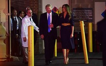 Tổng thống Mỹ Donald Trump và Đệ nhất phu nhân đến thăm nghị sĩ Steve Scalise. Ảnh: AFP