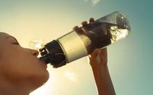 Khi khát mới uống nước là sai lầm cần loại bỏ. Ảnh: Stock.