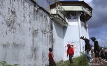 Người dân quan sát đường hầm trốn thoát bên ngoài nhà tù Kerobokan.