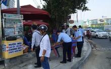 Lực lượng chức năng ra quân xử lý vi phạm lấn chiếm vỉa hè trước sân bay Tân Sơn Nhất