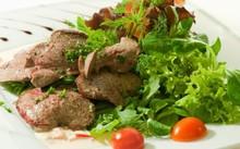 Nếu được chế biến cẩn thận và không ăn quá thường xuyên thì gan là món ăn mang lại nhiều chất dinh dưỡng, không chỉ vitamin A. Ảnh: IStock.