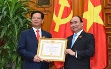 hủ tướng Nguyễn Xuân Phúc trao Huy hiệu 50 năm tuổi Đảng cho đồng chí Nguyễn Tấn Dũng, nguyên Thủ tướng Chính phủ.