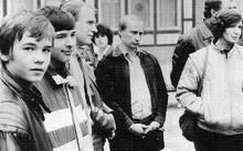 Tổng thống Putin (giữa) tại Berlin năm 1989 khi còn là một điệp viên của KBG.