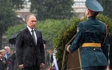 Ông Putin từ chối che ô khi tham gia lễ dâng hoa. Ảnh: RT