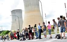 Dòng người xếp hàng dài để biểu tình ở Tihange (Bỉ). Ảnh: Reuters