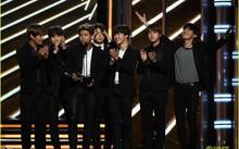 BTS nhận giải thưởng Top Social Artist tại Billboard Music Award 2017.