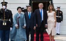 Tổng thống Mỹ Donald Trump cùng Đệ nhất phu nhân Melania đón tiếp tổng thống Hàn Quốc Moon Jae In và vợ tại Nhà Trắng - Ảnh: AFP