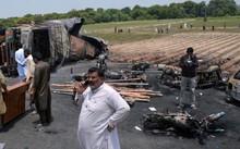 Hiện trường vụ nổ xe xăng hôm 25-6 ở huyện Bahawalpur - Ảnh: Reuters