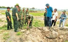 Công binh bắt đầu tìm mộ trong sân bay.