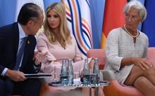 Ivanka Trump ngồi cạnh Chủ tịch Ngân hàng Thế giới Jim Yong Kim và Giám đốc Quỹ Tiền tệ Quốc tế Christine Lagarde trong một phiên thảo luận về vai trò của phụ nữ trong doanh nghiệp bên lề G20. Ảnh: AFP.