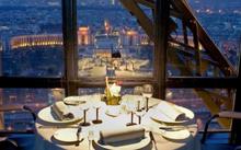 Tiệc tối tại nhà hàng Jules Verne trên tháp Eiffel. Ảnh: Alamy.