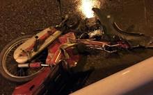 Chiếc xe máy gãy đôi, bẹp rúm sau va chạm.