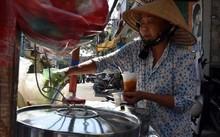 Người già Việt Nam chật vật kiếm sống hằng ngày. Ảnh: Channel news asia.