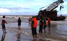 Lực lượng Biên phòng Thanh Hóa đã cùng người dân địa phương cứu hộ vào bờ và bàn giao cho chủ sở hữu.