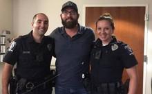John Ogburn (giữa) và hai cảnh sát cứu mạng mình: Lawrence Guiler (trái) và Nikolina Bajic- Ảnh:BBC/Gia đình Ogburn