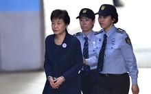 Cựu tổng thống Hàn Quốc Park Geun-hye hôm 25/5 tới tòa án quận trung tâm Seoul dự phiên tòa về bê bối tham nhũng. Ảnh: AFP.