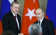 Tổng thống Thổ Nhĩ Kỳ, ông Tayyip Erdogan (trái) bắt tay tổng thống Nga Vladimir Putin sau cuộc hội đàm tại điện Kremlin, Matxcơva ngày 10-3 vừa qua - Ảnh: Reuters