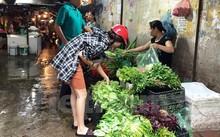 Người tiêu dùng chọn mua rau tại chợ Đại Từ.