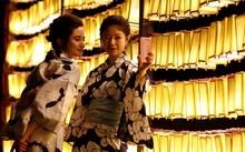 Phụ nữ Nhật trong trang phục truyền thống kimono tại lễ hội Mitama ở Tokyo ngày 13-7 - Ảnh: Reuters