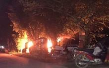Nghiêm trọng hơn, chiếc xe bị người dân đốt