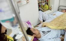 Bệnh nhân sốt xuất huyết đang điều trị tại khoa Truyền nhiễm - Bệnh viện Bạch Mai.