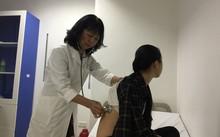 PGS.TS Trịnh Thị Ngọc đang khám cho một bệnh nhân sốt xuất huyết