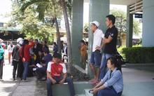 Người nhà nạn nhân tập trung chờ đợi tại bệnh viện.