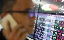 Tâm lý nhà đầu tư trên thị trường chứng khoán đang chịu tác động bởi hàng loạt tin tức thời sự.