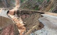 20 mét đường tuyến tỉnh lộ km45 đi Nà Hỳ bị sụt xuống dưới. Ảnh do phòng kinh tế hạ tầng Nậm Pồ cung cấp