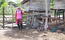 Lực lượng chức năng tiến hành phun hóa chất tiêu độc, khử trùng chuồng trại ở khu vực ổ dịch