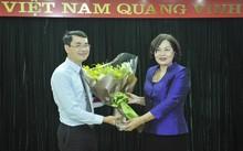 Bà Nguyễn Thị Hồng chúc mừng ông Nguyễn Vĩnh Hưng - Phó Vụ trưởng Vụ Ổn định tiền tệ - tài chính.