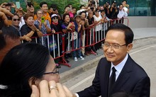 Cựu thủ tướng Somchai Wongsawat chào hỏi người ủng hộ tại tòa án ngày 2/8. Ảnh: Reuters.