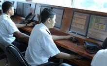 Cán bộ hải quan làm thủ tục kiểm tra hàng hóa xuất nhập khẩu tại cảng Cát Lái (TP HCM)