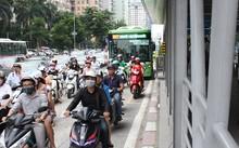 Khi giao thông quá tải thì buýt nhanh khó giữ được làn của mình.