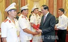 Chủ tịch nước Trần Đại Quang tặng quà cho các điển hình tiên tiến trong lực lượng Cảnh sát nhân dân ngày 11/7/2017