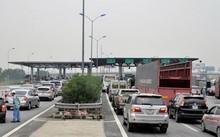 Hàng đoàn xe nối dài ở trạm thu phí BOT Pháp Vân - Cầu Giẽ.