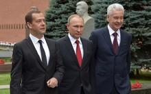 Tổng thống Putin (giữa), Thủ tướng Dmitry Medvedev (trái) và Thị trưởng Moscow Sergey Sobyanin tại Quảng trưởng Đỏ, Moscow. Ảnh: SPUTNIK